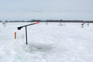 Plusieurs brimbales sont regroupées sur le lac gelé pour la pêche hivernale.