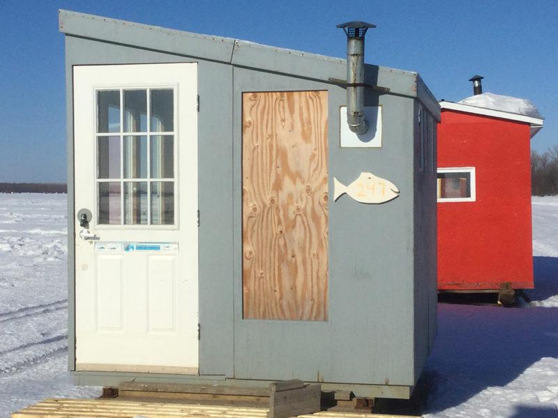 Où pêcher l'hiver? Dans une petite cabane de pêche déposée sur la glace.