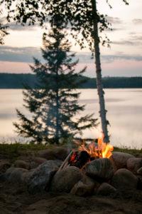 Feu de camp allumé près du lac