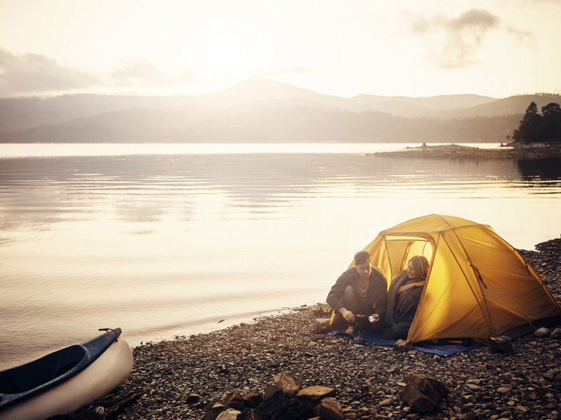2 campeurs ont installé leur tente au bord de l'eau.