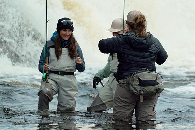 Femmes pratiquant la pêche à la mouche